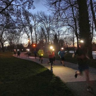 It's community run night! Join us for 3 or 5.5 miles on the Willamette River Path. Meet at 6PM in the park next to the Campbell Community Center. As it is getting dark during our runs now, please wear reflective gear and/or lights! Post run drinks and food at @coldfire_brewing.   #runhubnw #runeugene #communityrun #grouprun